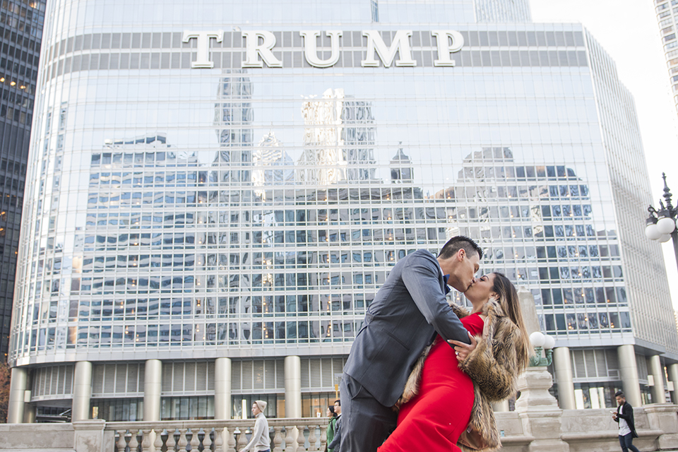 Chicago-outdoor-engagement-shoot-bride-and-groom-kissing-in-front-of-trump-tower