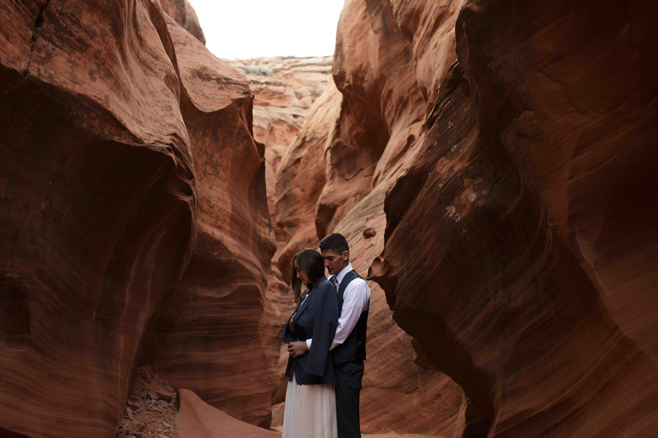 Grand-canyon-wedding-shoot-bride-and-groom-standing-in-cave-hugging