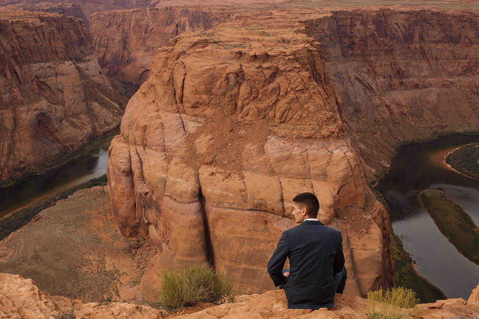 Grand-canyon-wedding-shoot-groom-sitting
