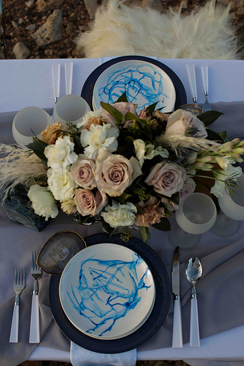 Grand-canyon-wedding-shoot-table-with-place-settings-and-flowers
