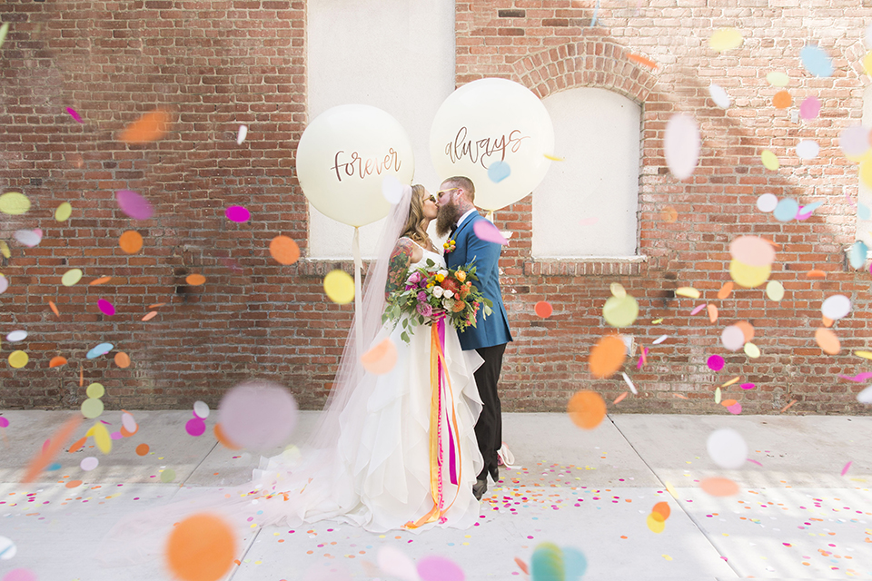 Long-beach-wedding-shoot-at-howl-bride-and-groom-standing-kissing-with-balloon-decor
