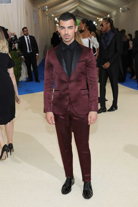 2017 met gala joe jonas burgundy tuxedo with black tie