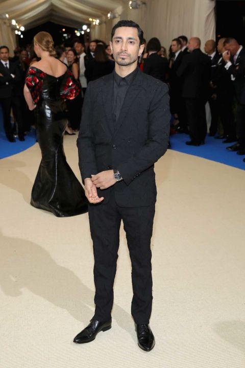 2017 met gala riz ahmed black tuxedo with black tie all black look