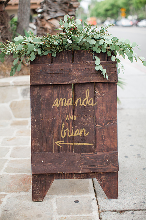 Rustic-wedding-at-the-villa-san-juan-capistrano-wedding-entrance-sign
