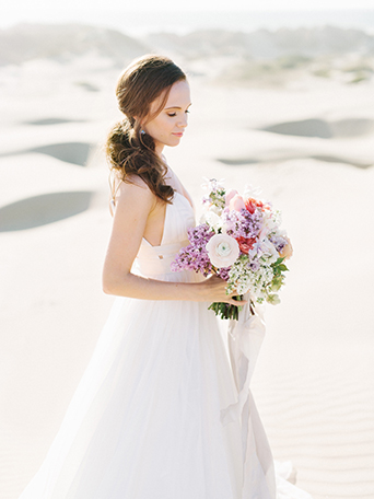 sand-dunes-wedding-shoot-bride-holding-bouquet