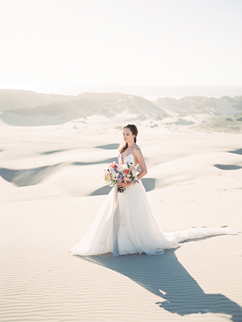 sand-dunes-wedding-shoot-bride-with-bouquet