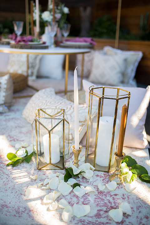 lot-8-candles-in-glass-containers-with-gold-accents-anddiffernt-heights-on-table-at-reception