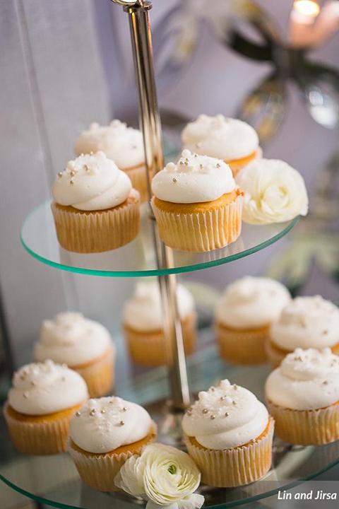 Laguna-beach-outdoor-wedding-same-sex-wedding-desserts-cupcake