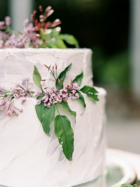 Artist-and-his-muse-shoot-cake-with-white-icing-and-simple-ivy-and-flower-decor