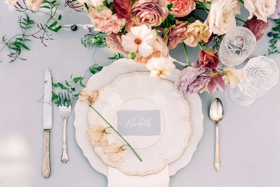Artist-and-his-muse-shoot-table-flatware-and-décor-with-whtie-plates-and-gold-flatware