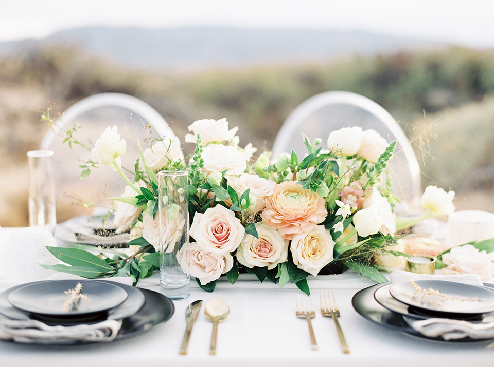 Desert-Lux-Shoot-table-set-up-with-black-matte-style-with-gold-cutlery-and-white-linens