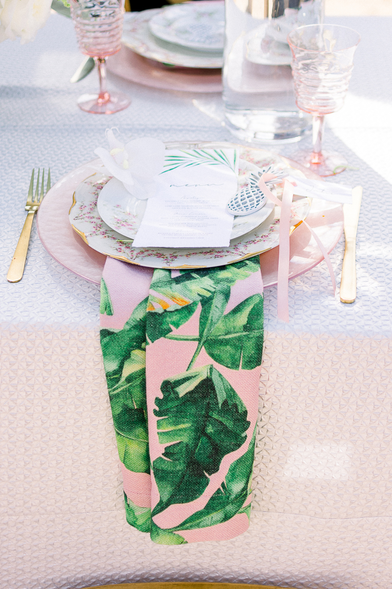 emerald-peak-temecula-wedding-table-décor-with-pink-linens-tropical-leaf-napkins-and-gold-flatware