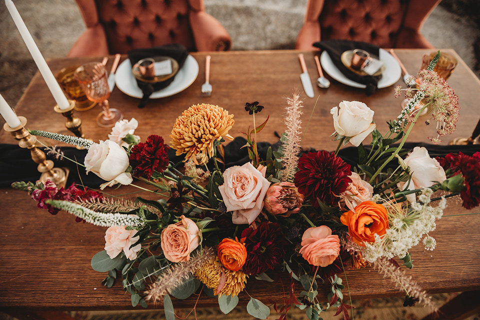 Moonflower-Ranch-Shoot-tablescape-with-warm-toned-florals-and-wooden-table