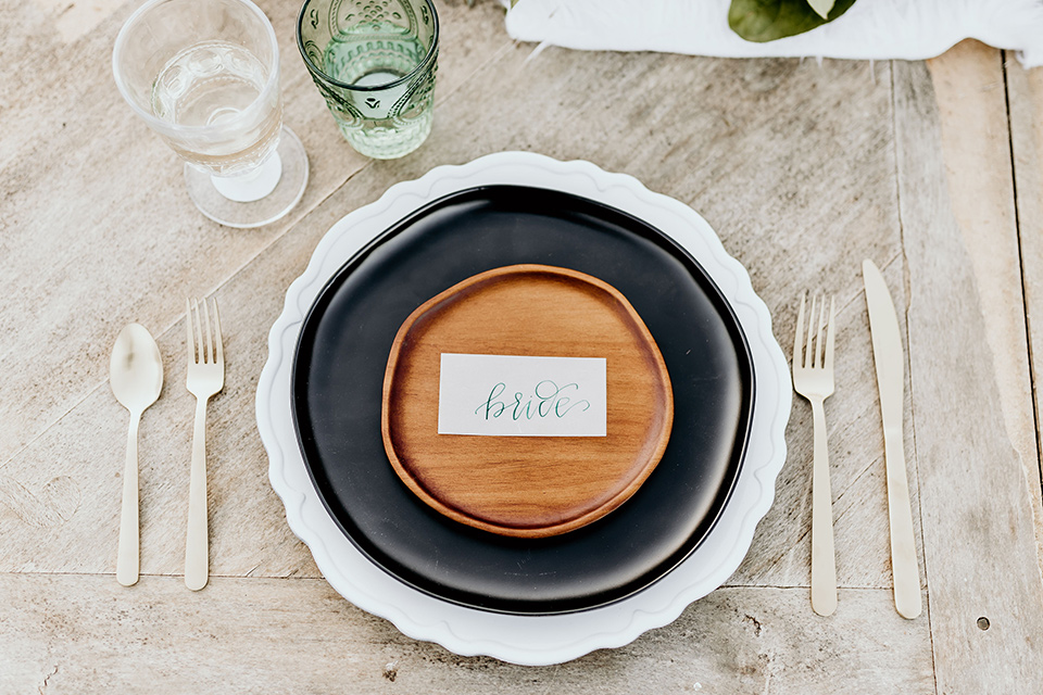 The-Retro-Ranch-Shoot-table-setting-organic-feeling-charget-plates-with-black-and-wooden-detailing