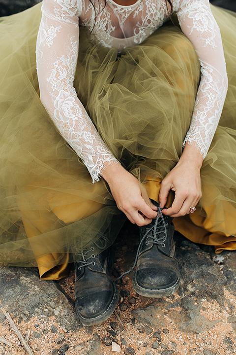Utah-snow-canyon-shoot-bride-putting-on-shoes